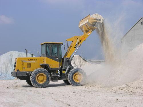 LG933在山东潍坊蓬润土场紧张施工中