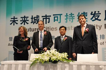 山东临工总经理文德刚与世界自然基金会碳减排先锋项目代表合影