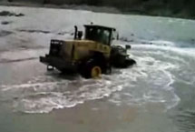 The villagers fell into the water, temporary workers loader 45 minutes of life and death rescue