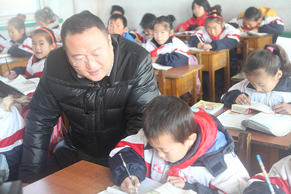 Vice general manager GaoGang of SDLG marketing company is learning with the students.