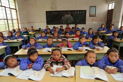一年级的孩子们正在上课