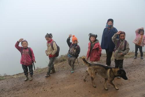 途中遇到赶路上学的孩子们