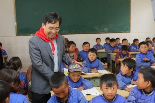 文德刚总司理探望孩子们的学习状况
